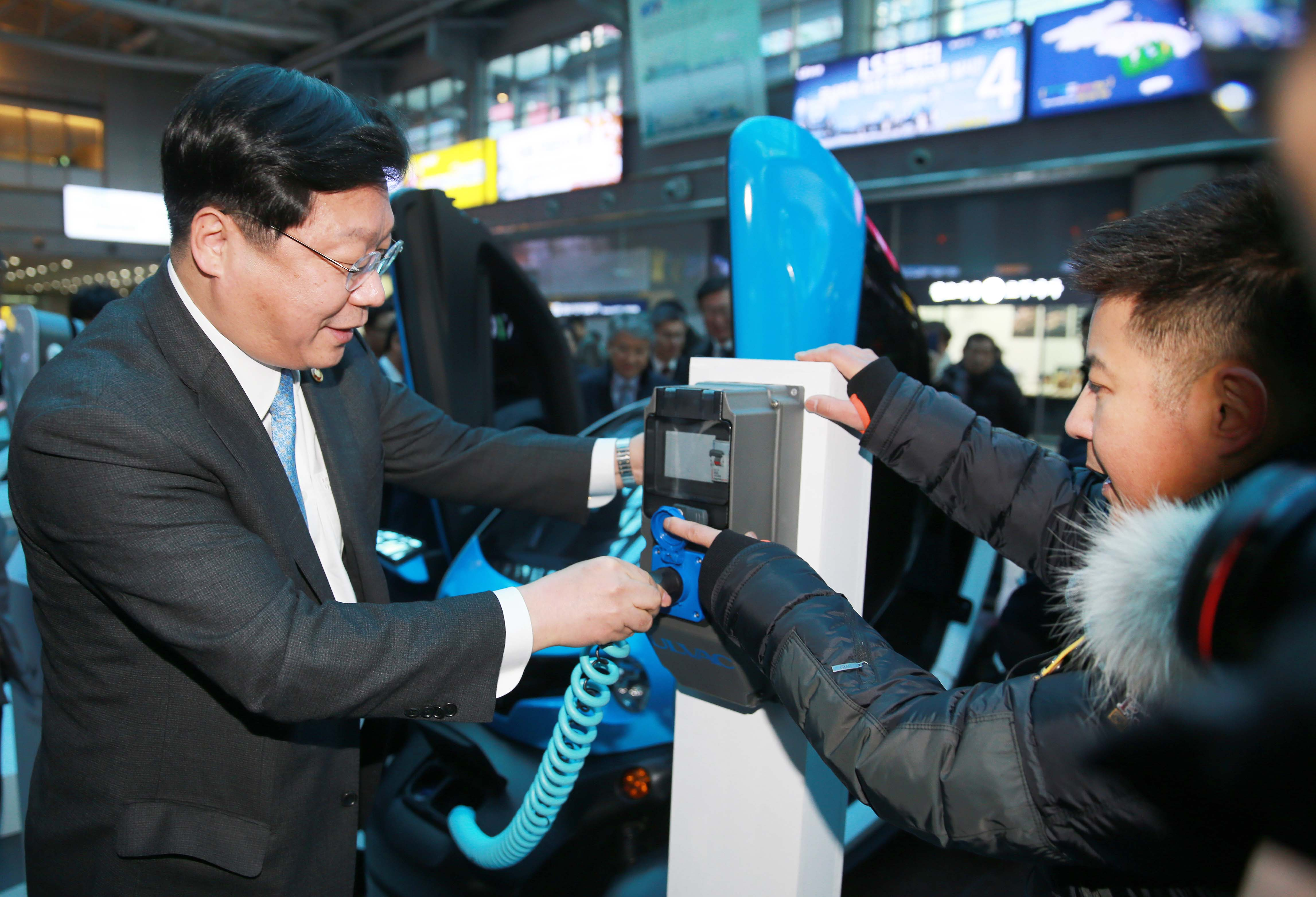Minister Joo attends launch of electric vehicle charging station in heart of Seoul