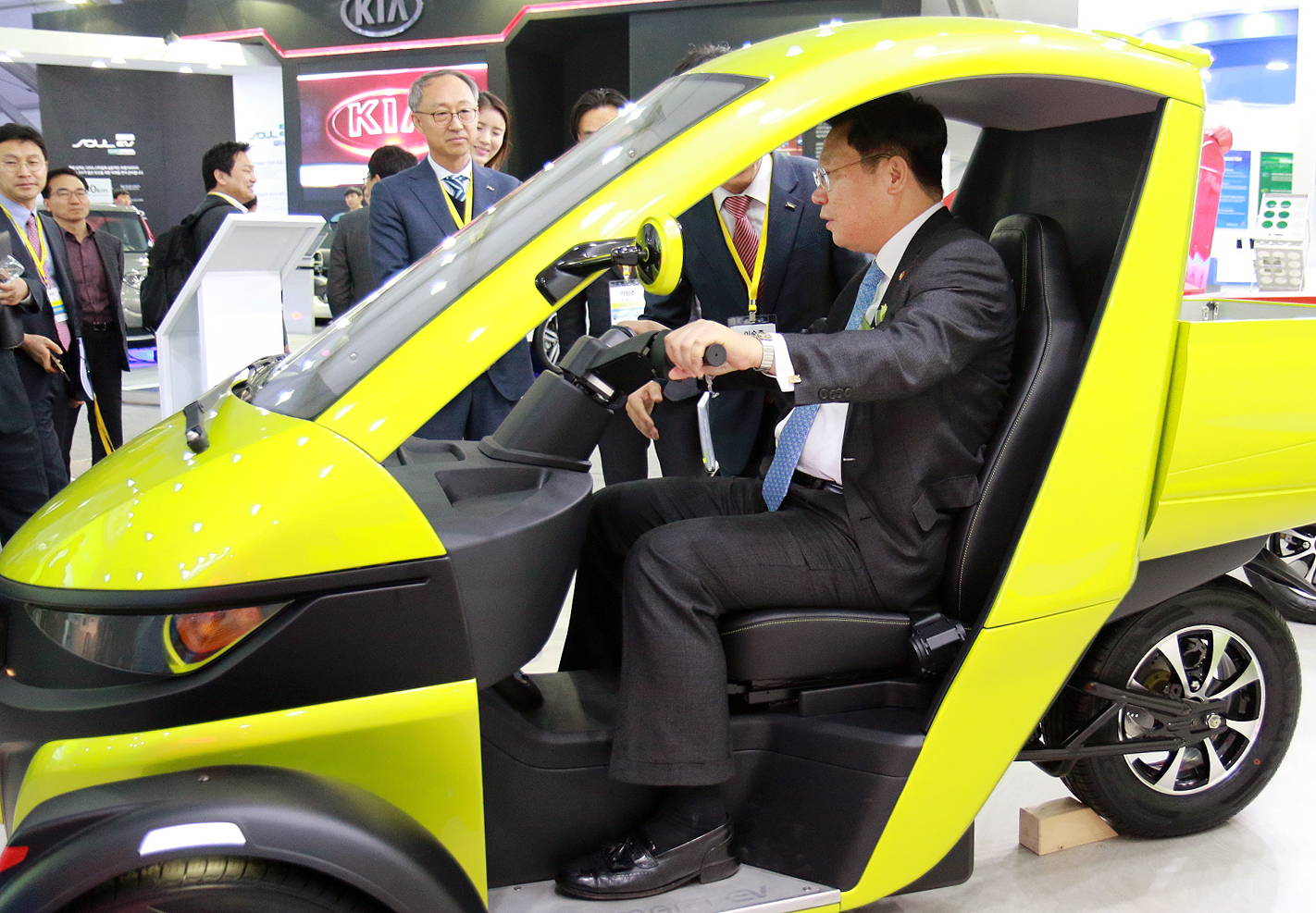 Minister Joo visits 4th International Electric Vehicle Expo