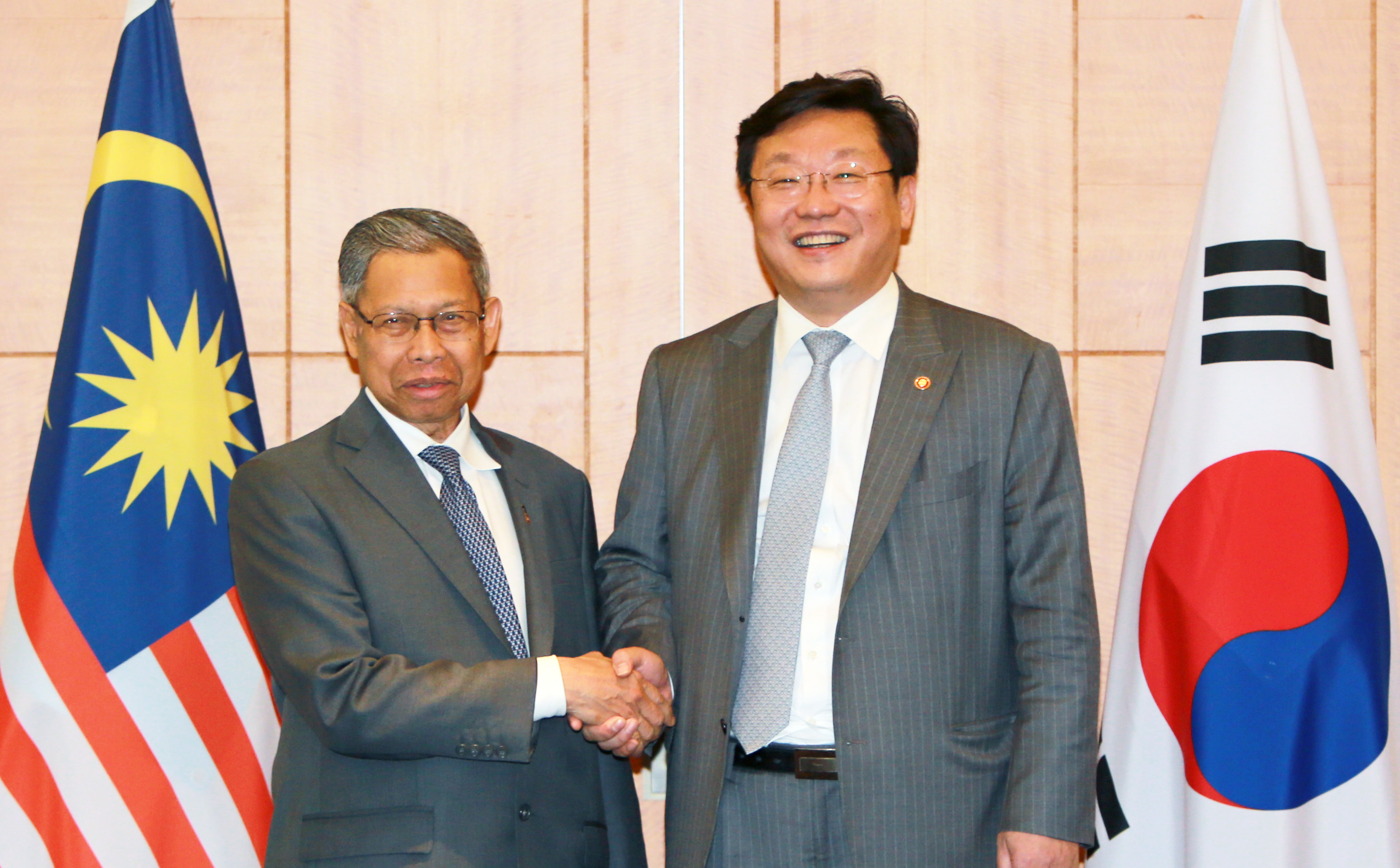 Minister Joo discusses ways to expand bilateral business cooperation with Malaysia's minister