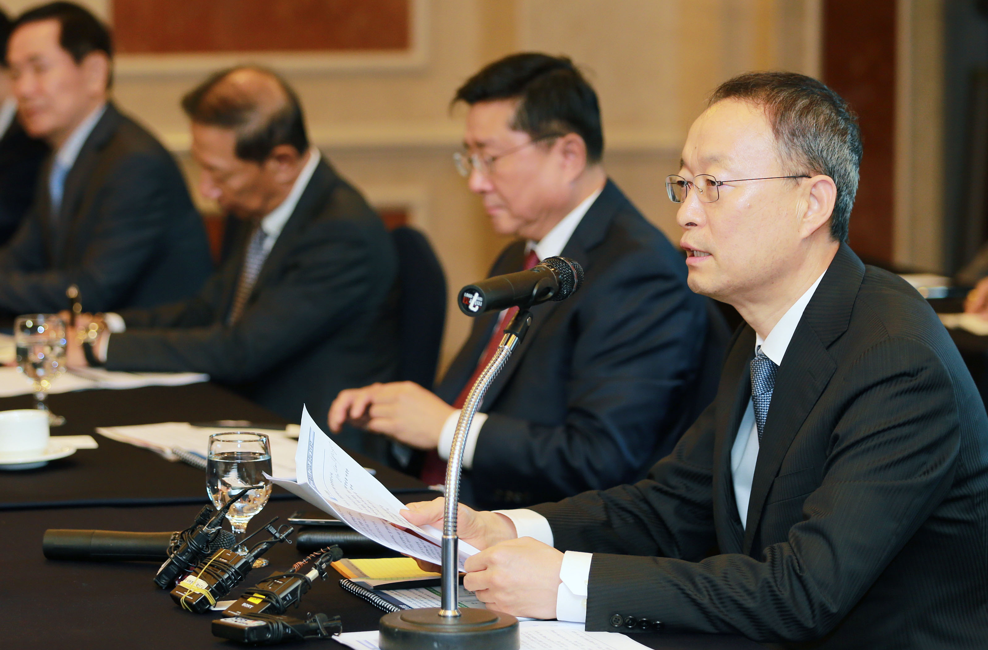 Minister Paik discusses investment with semiconductor, display industry leaders