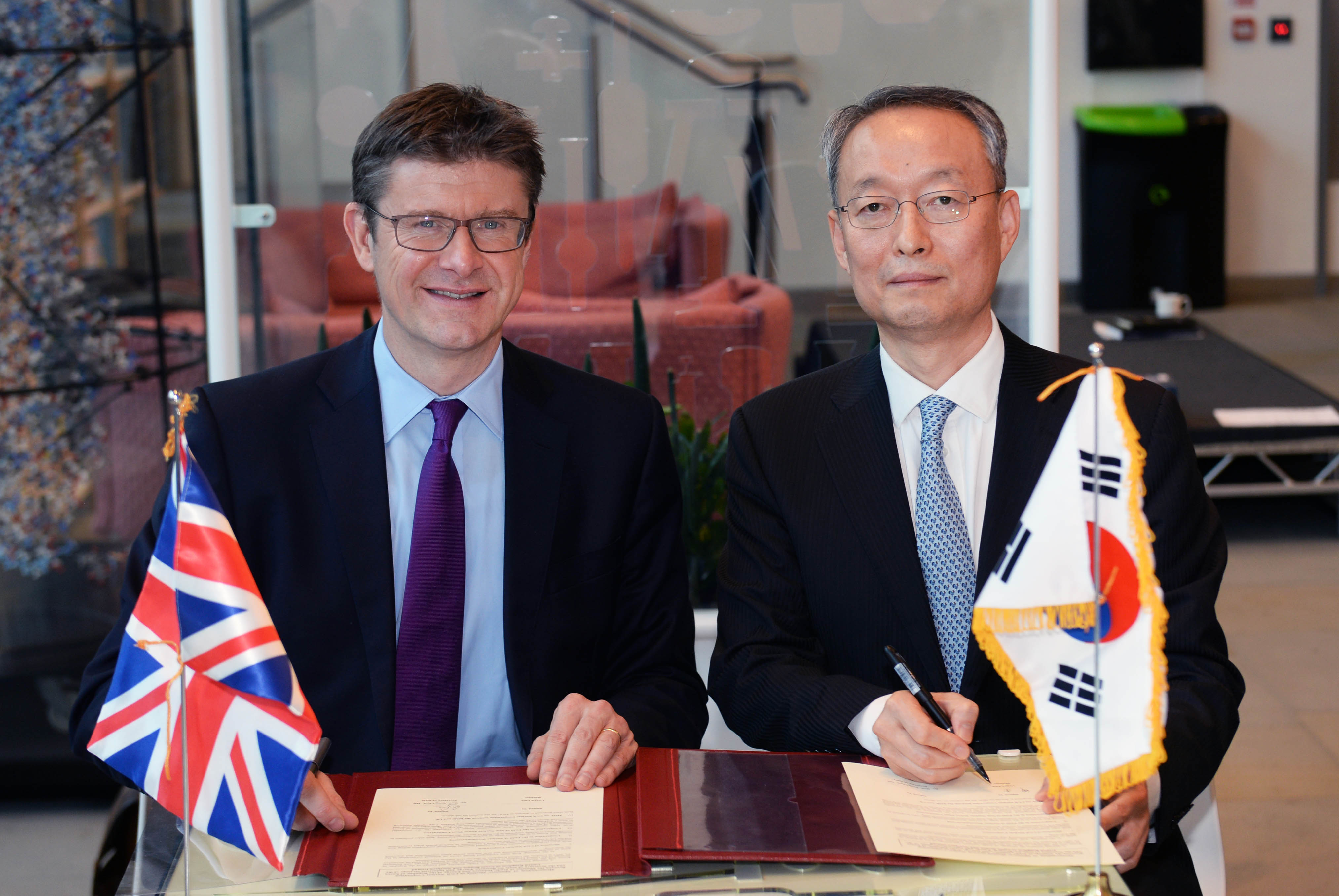 Minister Paik discusses energy ties with UK's Energy Secretary