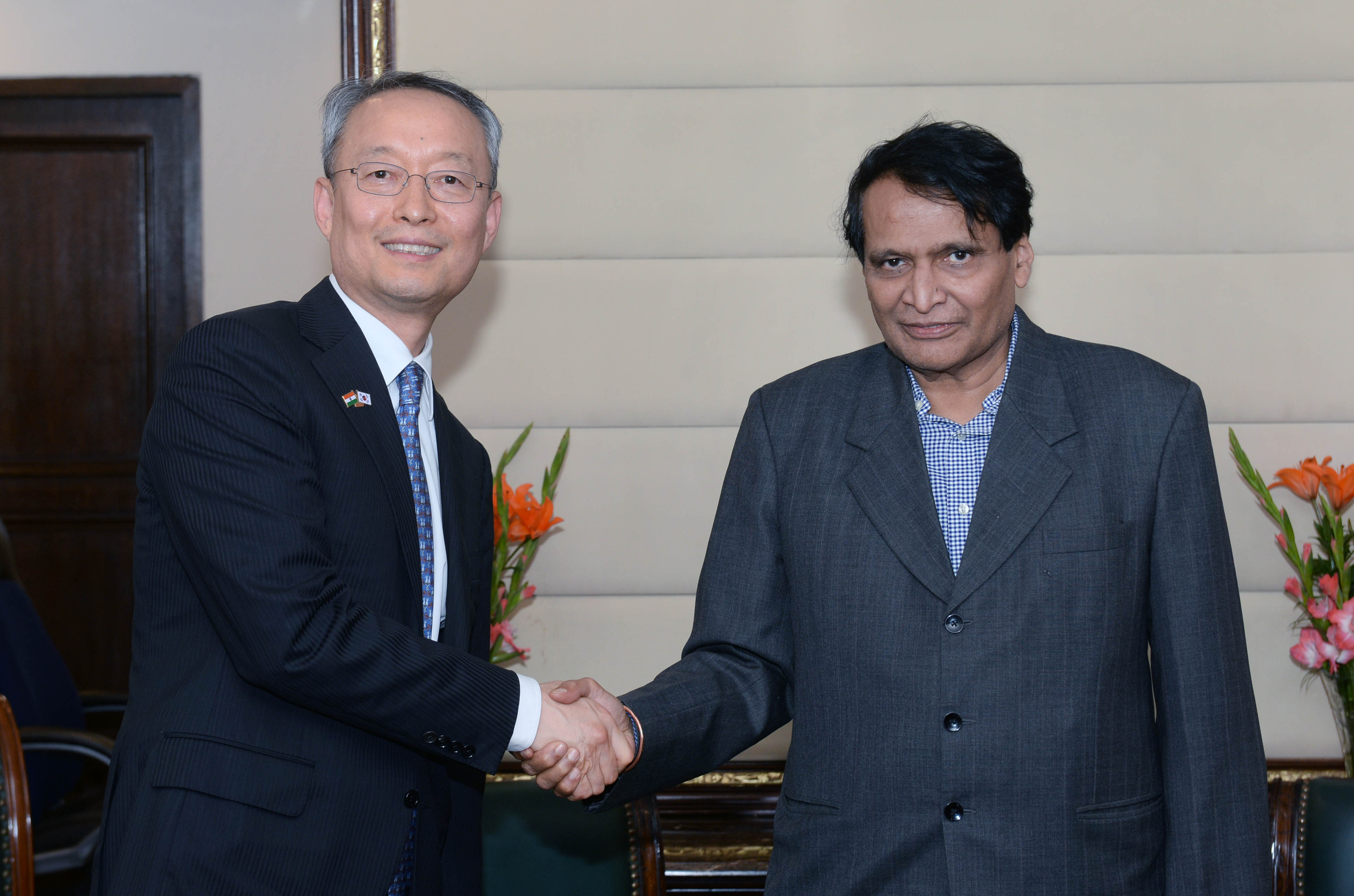 Minister Paik meets with Indian counterpart in New Delhi