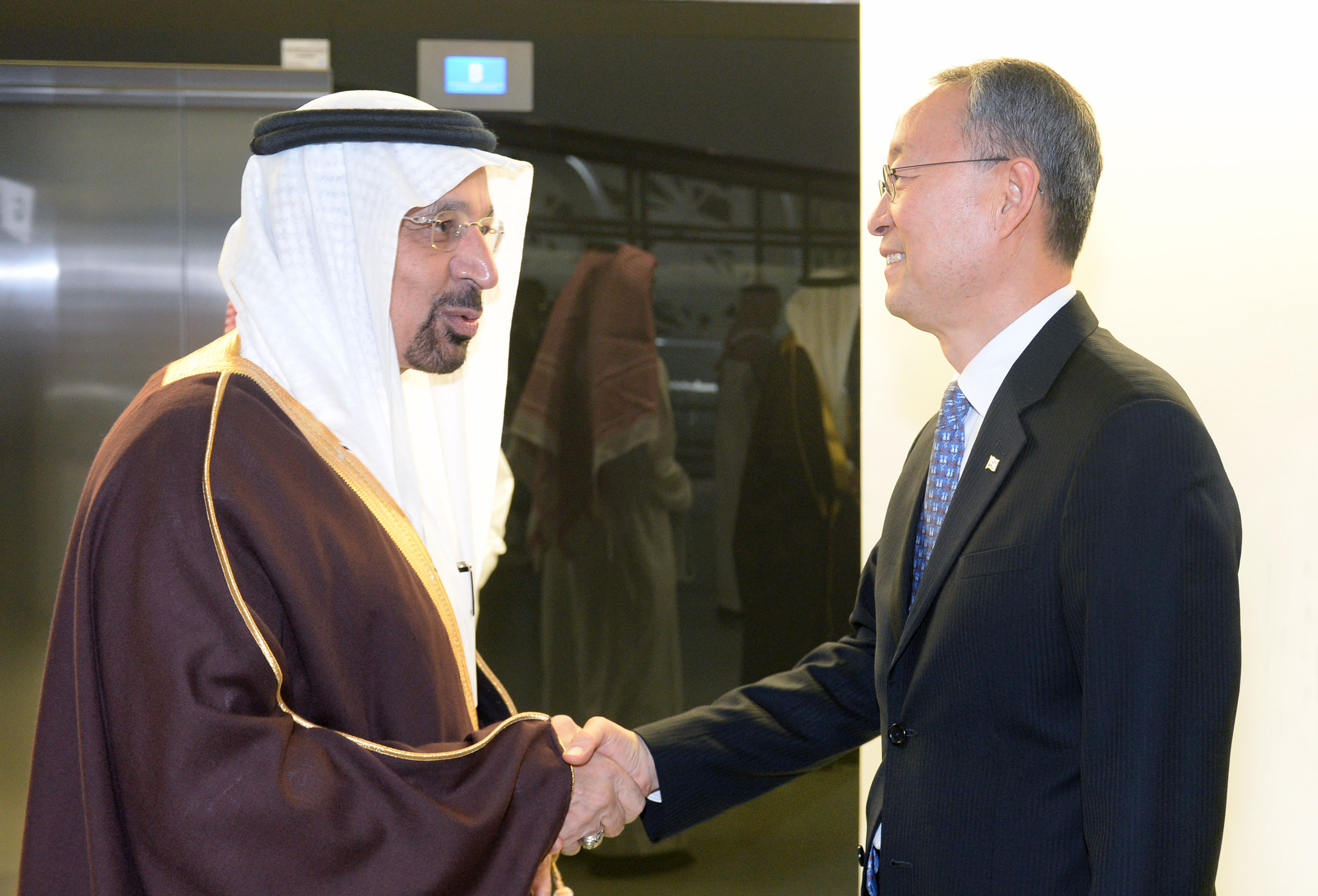 Minister Paik shakes hands with Saudi Arabia's counterpart