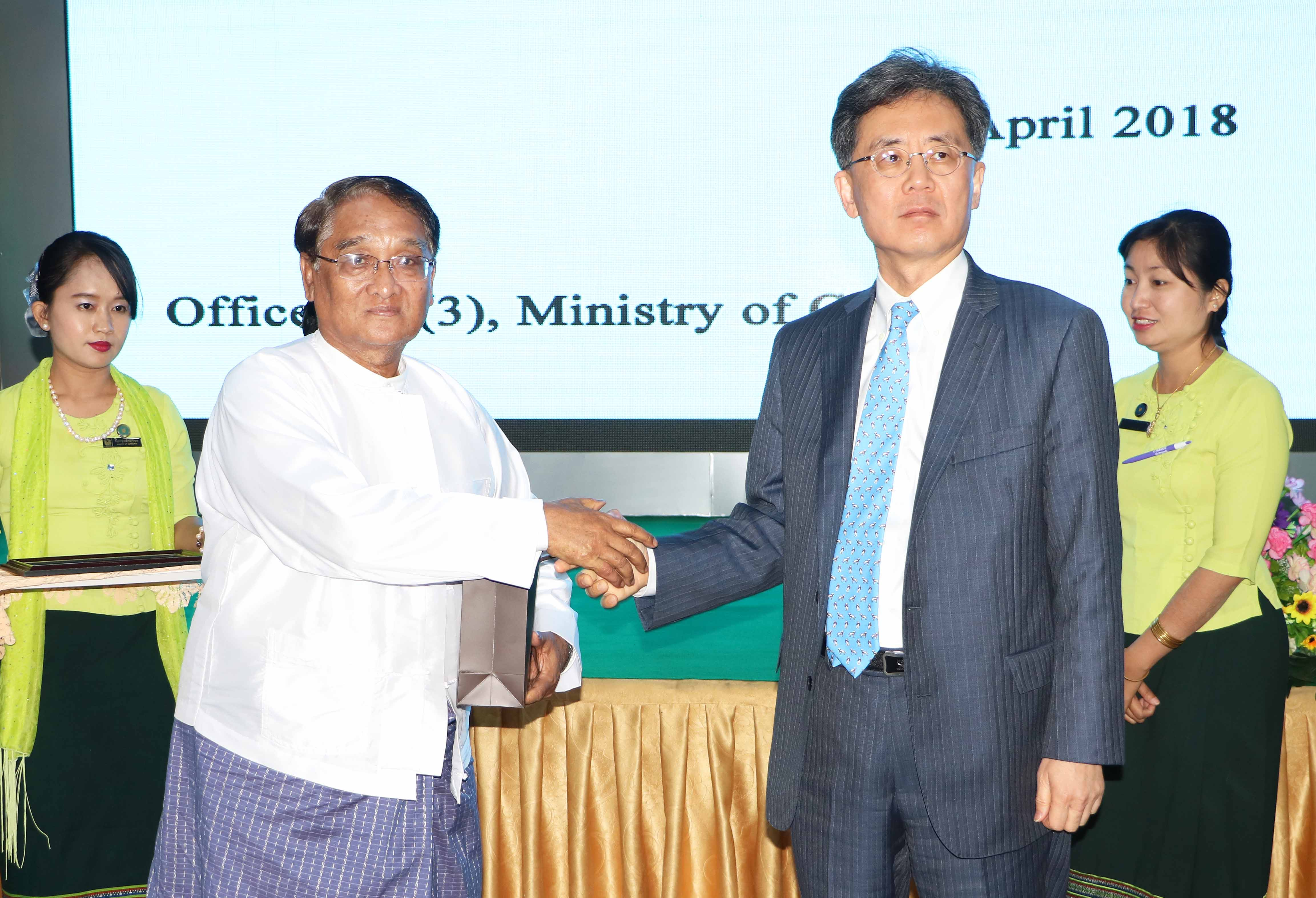 Trade Minister Kim meets with Myanmarese counterpart