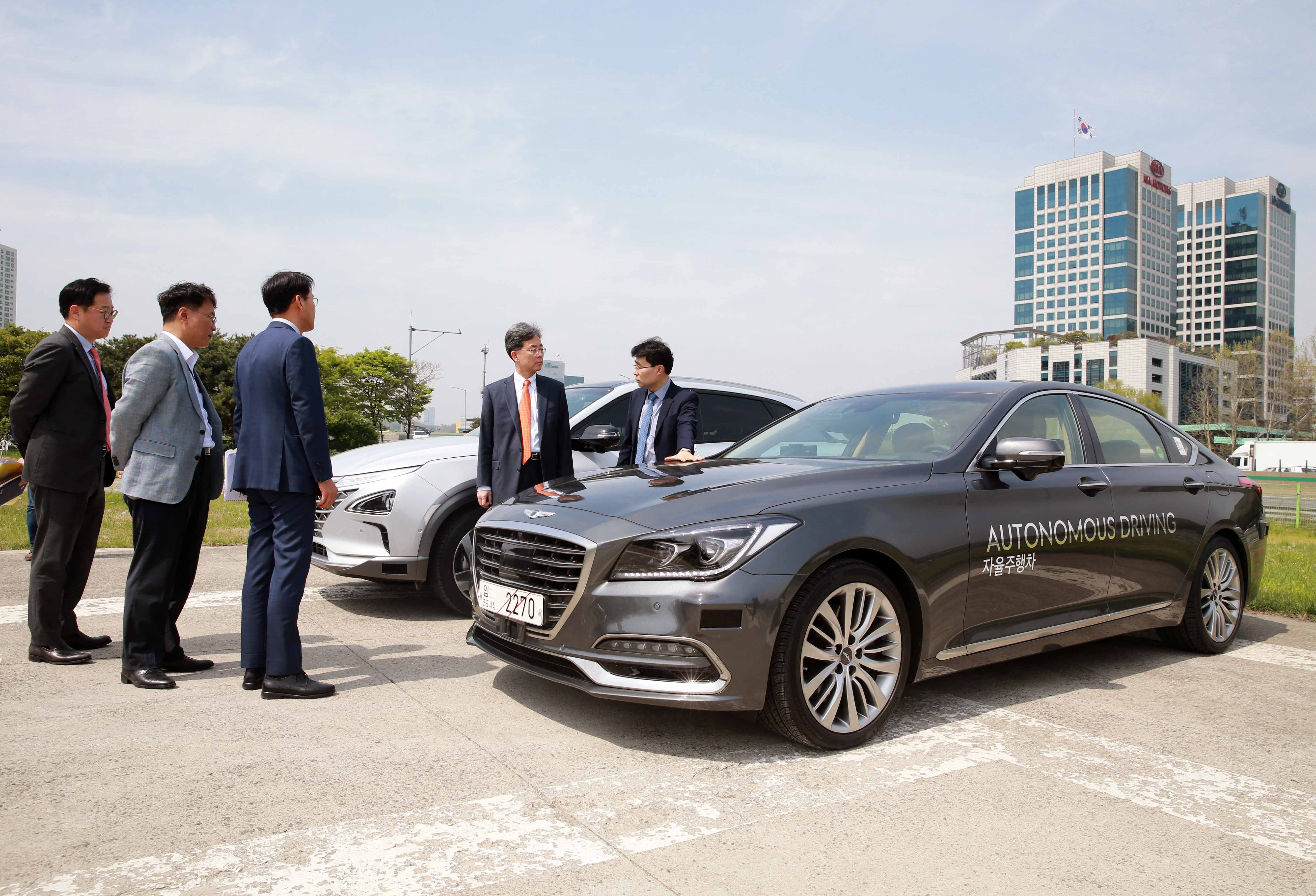 Trade Minister Kim visits R&D center for self-driving and eco-friendly cars