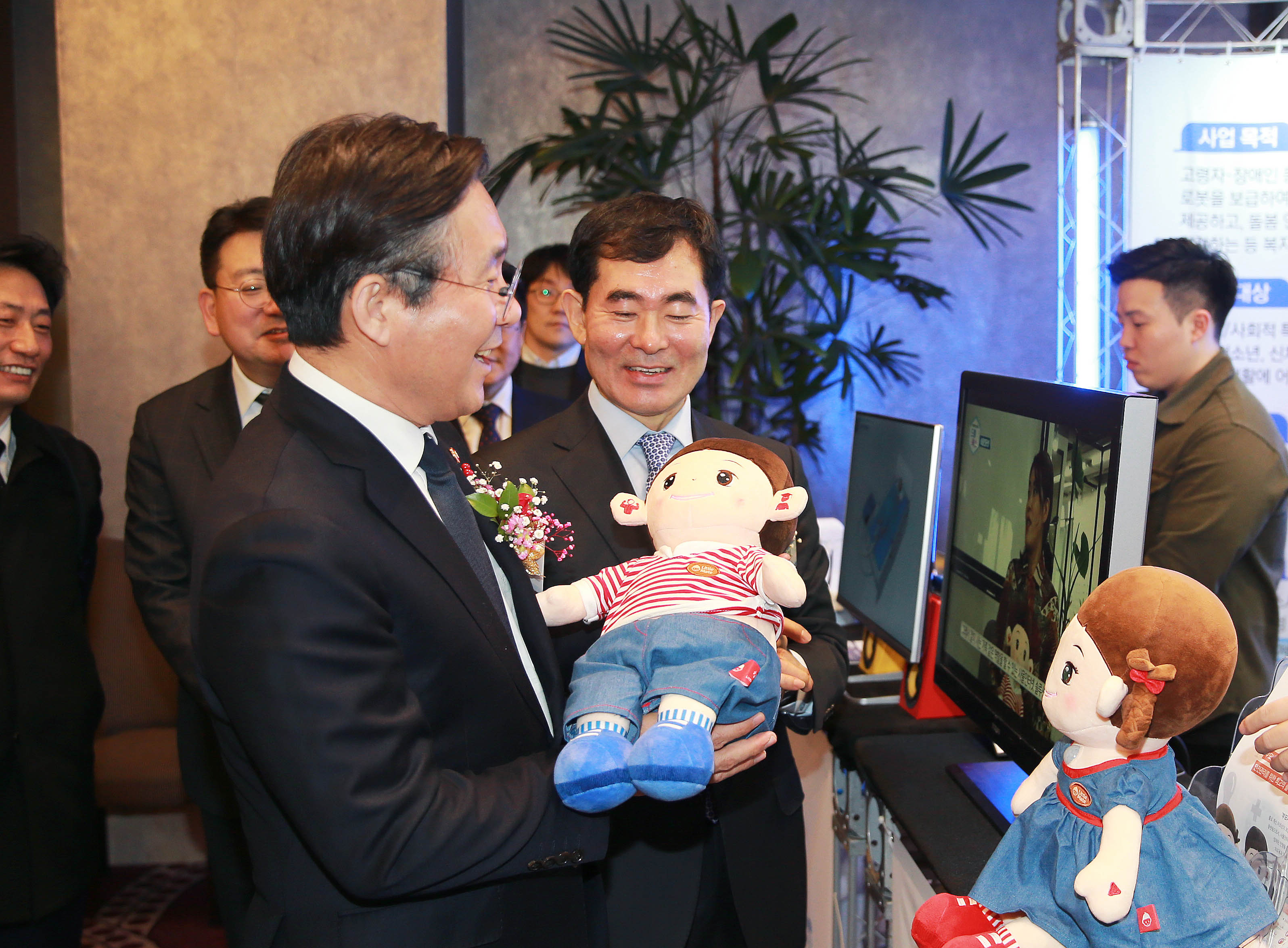 Minister Sung awards government prizes to robot industry contributors Image 0
