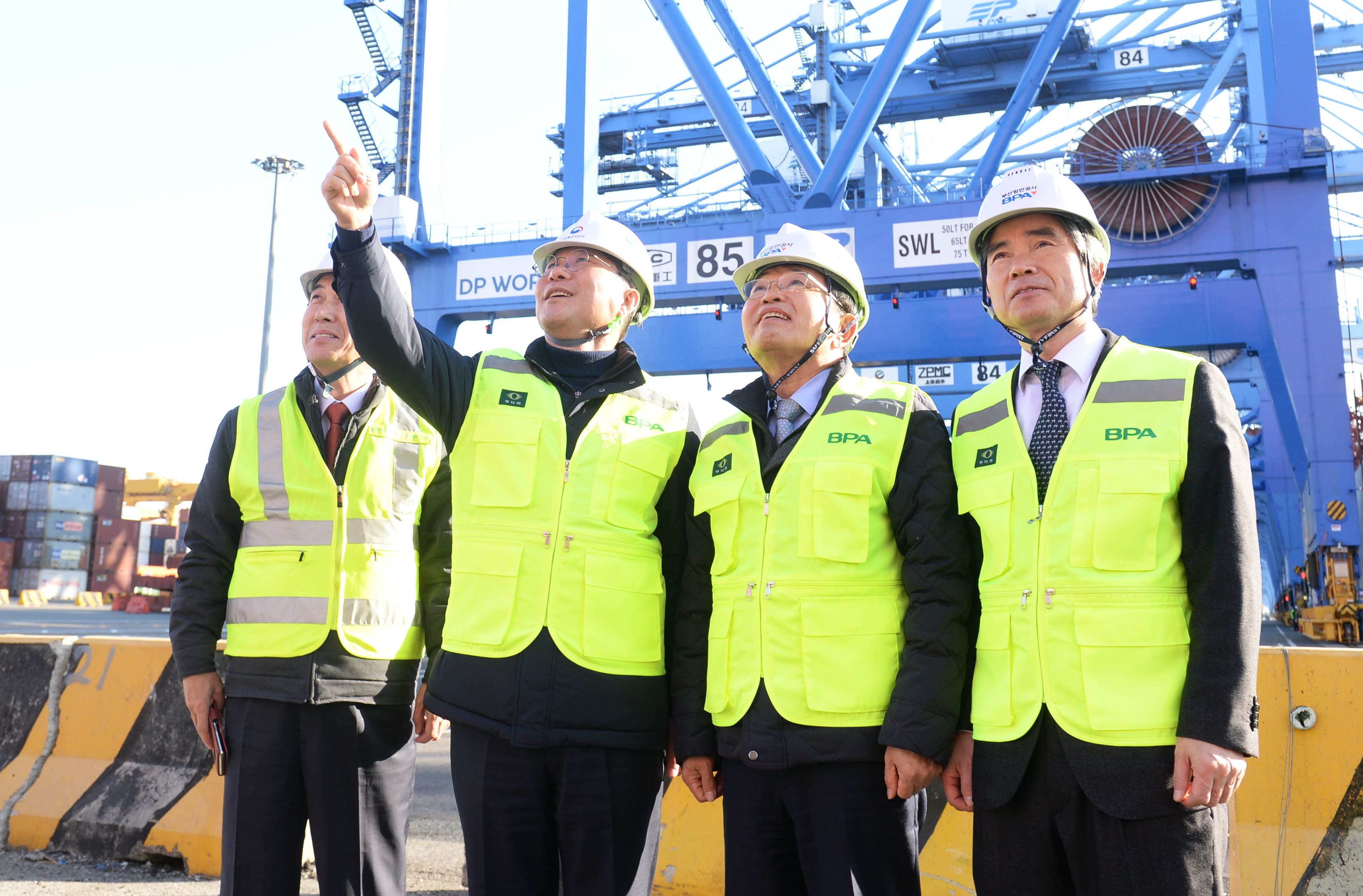 Minister Sung visits Korea's largest port in Busan to encourage shipping industry workers