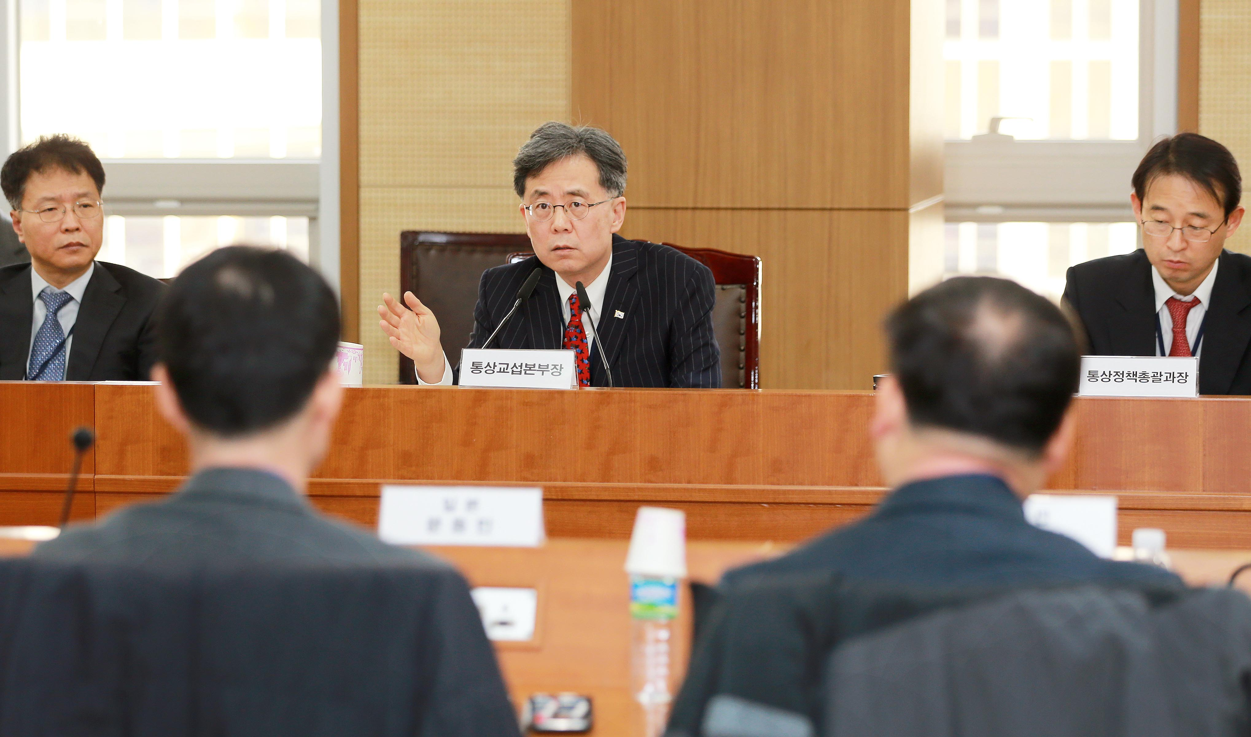 Trade Minister Kim discusses changing trade conditions with commercial attaches