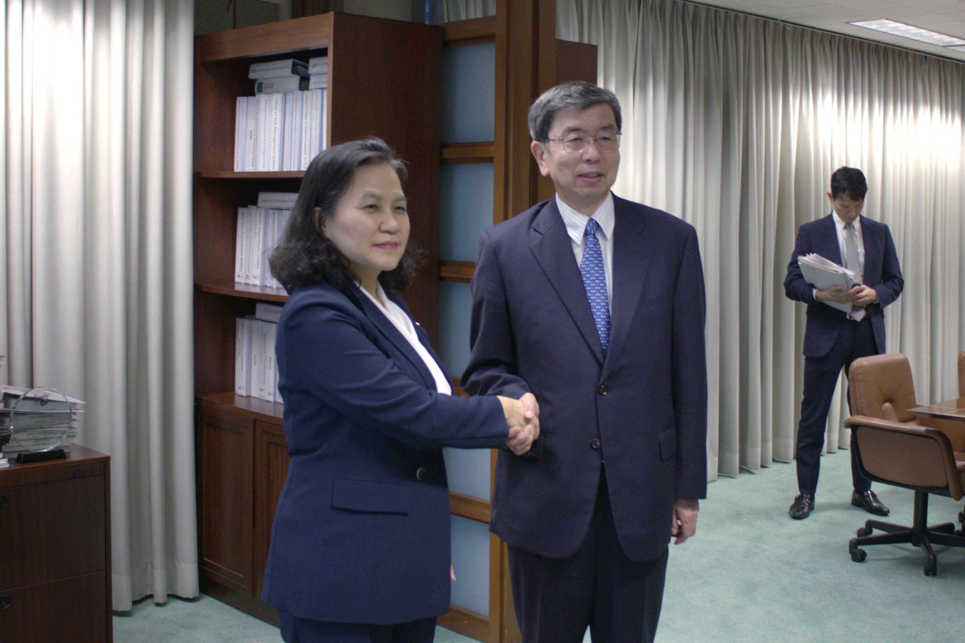 Trade Minister Yoo meets with ADB President Nakao in Manila