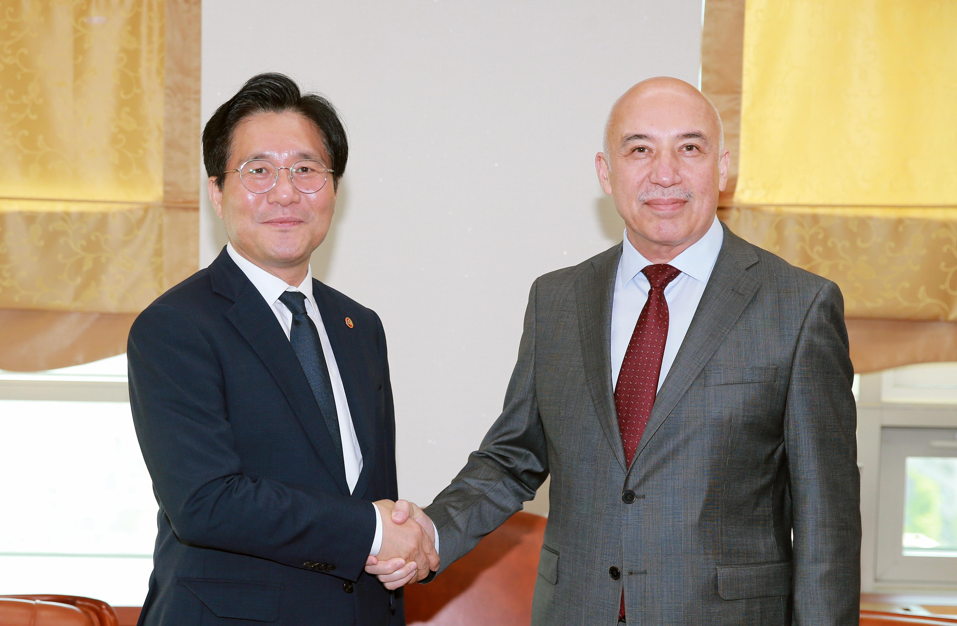 Minister Sung meets with Uzbek Public Health Minister in Seoul  Image 0