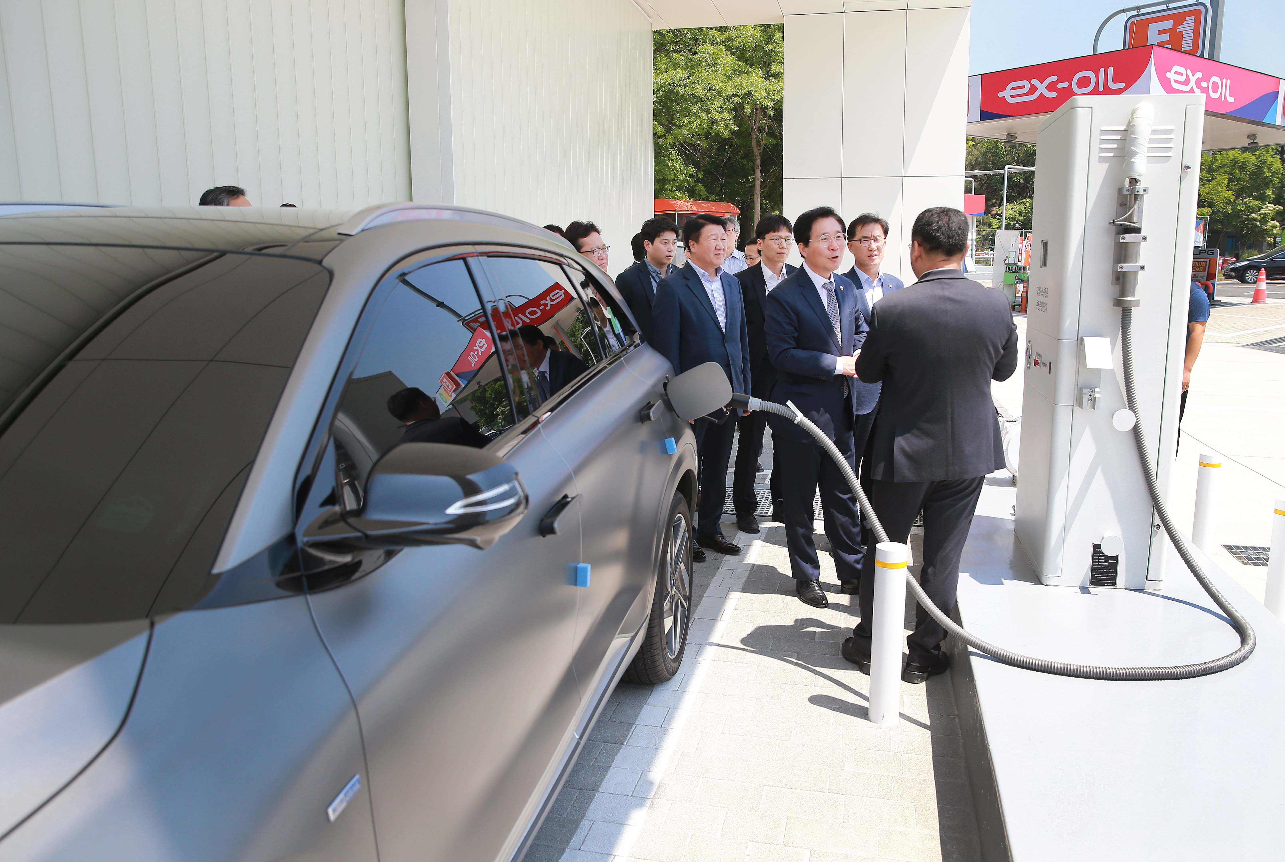 Minister Sung visits hydrogen fueling station in Anseong