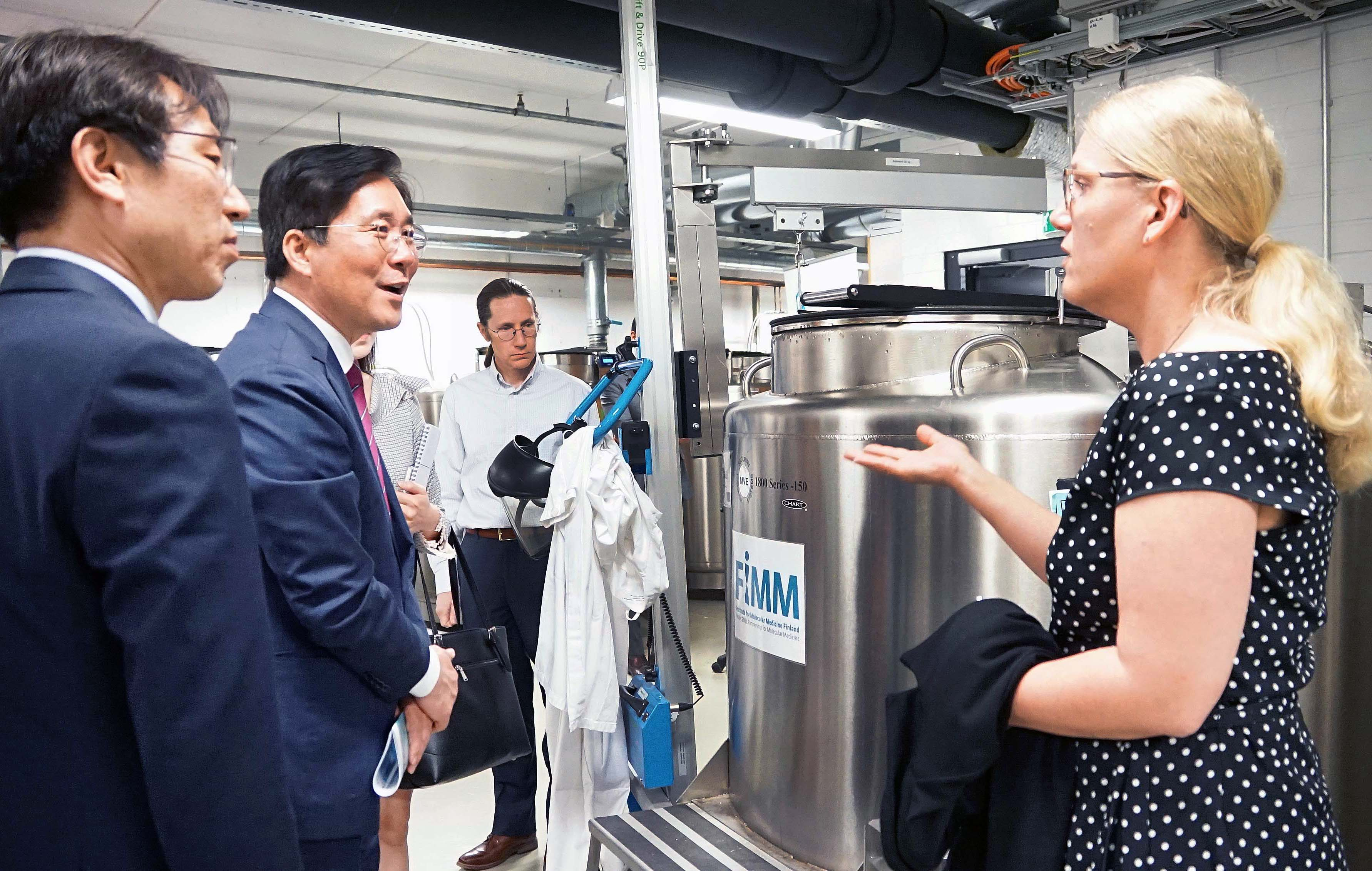 Minister Sung tours Institute for Molecular Medicine Finland Image 0