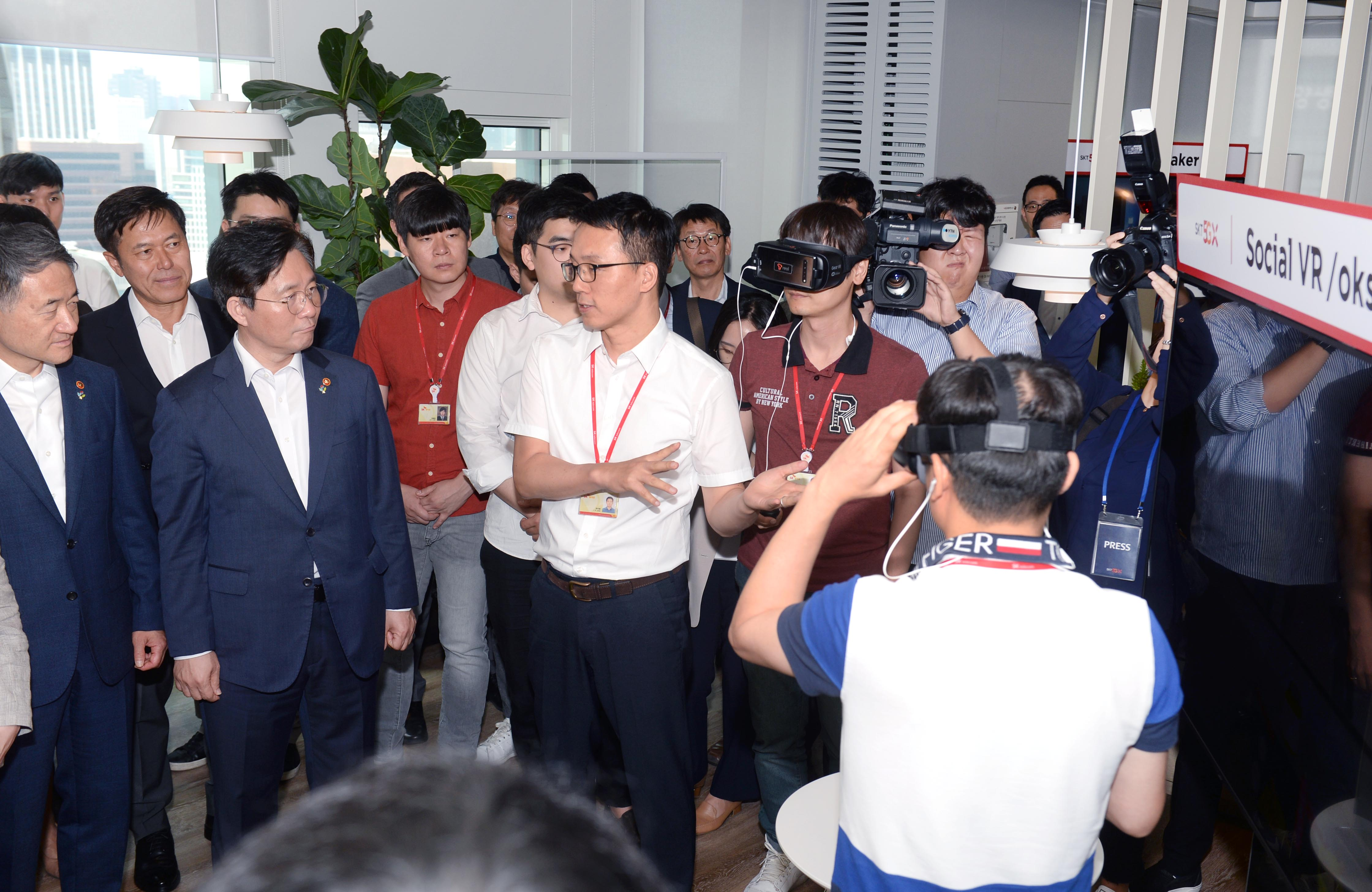 Minister Sung visits 5G-based smart office in Seoul
