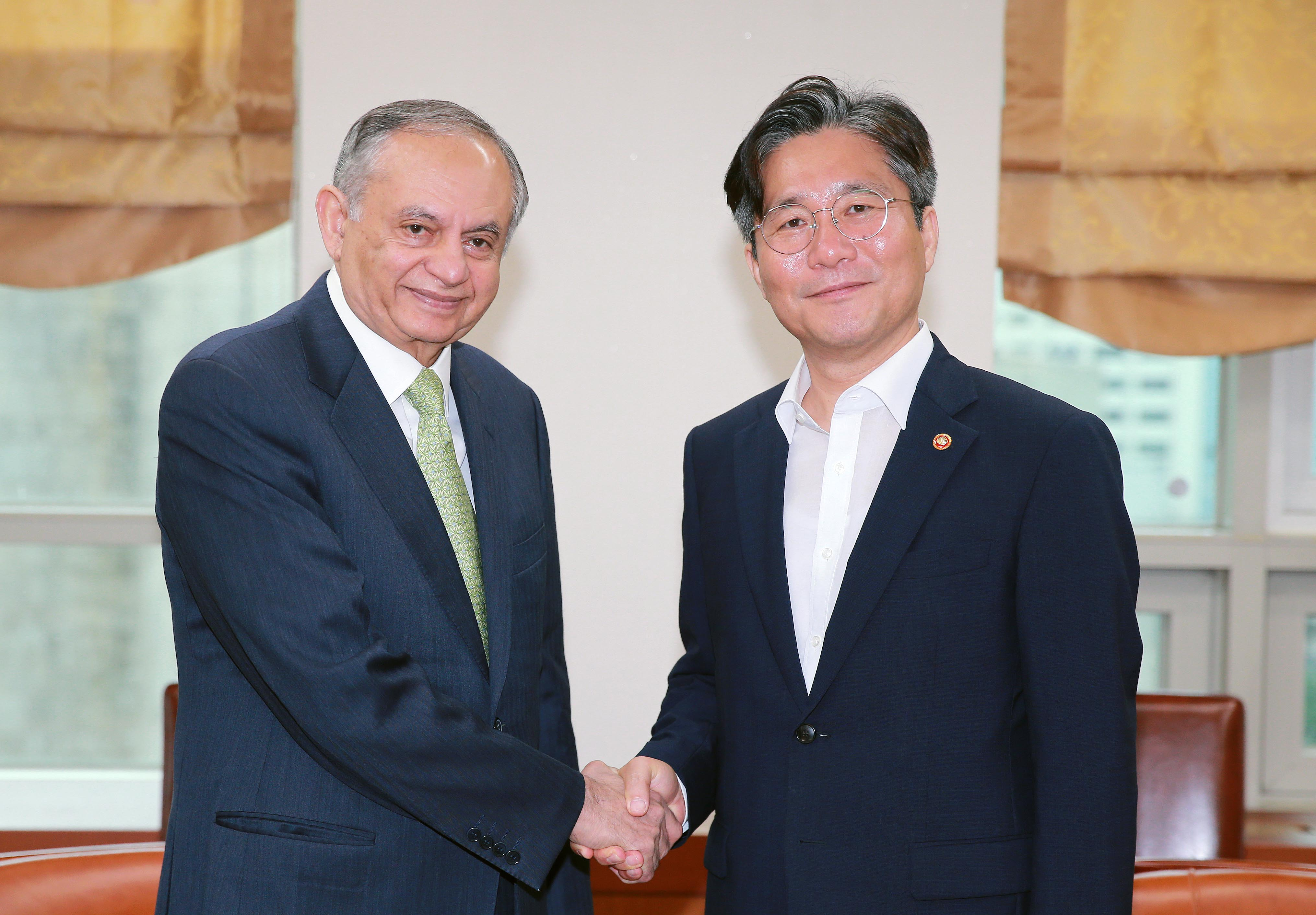 Minister Sung meets with Pakistan's Adviser to Prime Minister on Commerce
