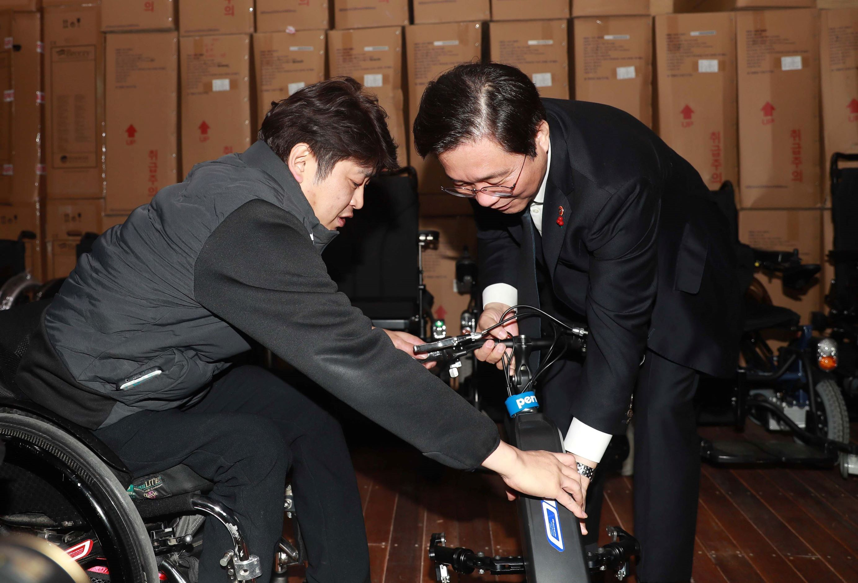 Minister Sung visits wheelchair manufacturer under regulatory sandbox program